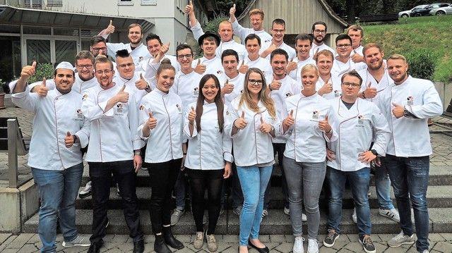 Daumen hoch fürs Handwerk. Die Abschlussklasse der Bäckermeister 2017. (Quelle: Akademie)
