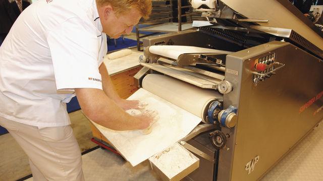 In vielen Betrieben werden die Brote nach dem Rund- und Langwirken per Hand in vorbereitete Körbchen, Kästen oder auf Apparate abgesetzt. (Quelle: Archiv/Kauffmann)