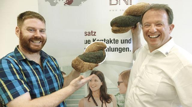 "Kross ausgebacken: Torben Glasstetter mit ""Netzwerkbrot"". (Quelle: Zoller)"