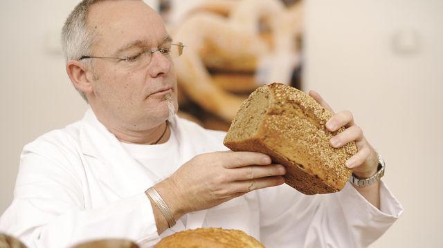 Michael Isensee testet fachmännisch die eingereichten Brote. (Quelle: ZV)
