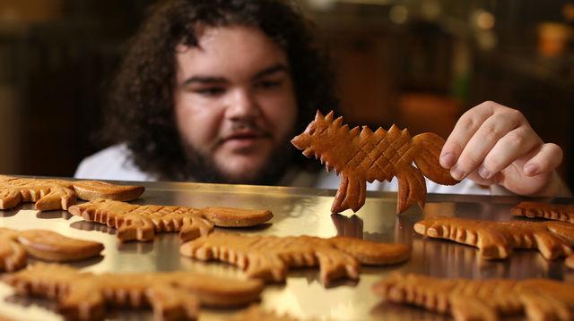 Schauspieler Ben Hawkey verkauft jetzt Schattenwolf-Kekse. (Quelle: Unternehmen/Deliveroo)