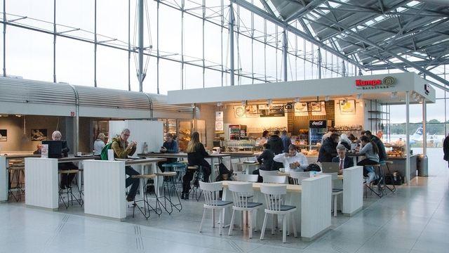 Die Kamps Bäckerei setzt mit ihrem Ladenbaukonzept die Frische der Produkte in einem gläsernen Backbereich in Szene. (Quelle: Unternehmen)