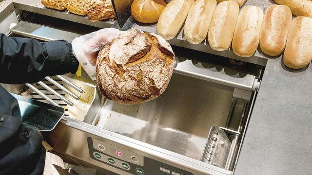 Der Service des Brotschneidens ist ein wichtiges Verkaufsargument: Kreis- und Sichelmessermaschinen schneiden Brote in kürzester Zeit bei voreinstellbarer Scheibenstärke. (Quelle: Unternehmen)