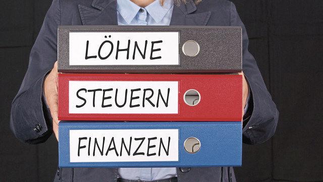 In den vorgelegten Unterlagen sucht der Mitarbeiter des Finanzamtes nach Unregelmäßigkeiten. (Quelle: Fotolia)