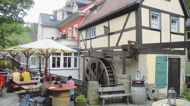 Entschleunigung: der Außenbereich des Cafés vor der restaurierten Mahlmühle, die vor mehr als 350 Jahren erbaut wurde. (Quelle: Blath)