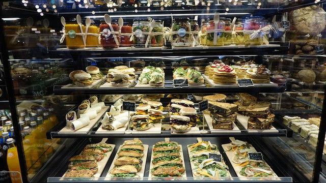 Mit pfiffigen Snack-Kreationen können Bäcker vor allem auch bei jungen Kunden punkten.  (Quelle: Wolf/Archiv)