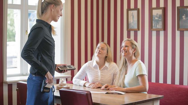 Mobile Erfassungsgeräte optimieren den Bestell- und Abrechnungsvorgang beim Service am Tisch. (Quelle: Unternehmen)