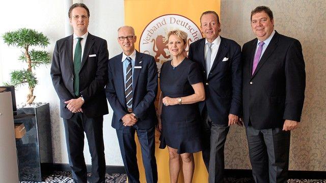 Die im Amt bestätigte Präsidentin des Verbandes Deutscher Großbäckereien Prof. Dr. Ulrike Detmers, ihre beiden Vizepräsidenten Alexander Heberer (2.v.l.) und Hans-Jochen Holthausen (2.v.r.) sowie die beiden Geschäftsführer Armin Juncker (r.) und Alexander (Quelle: Verband)