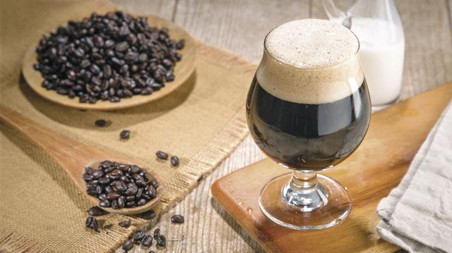 Sieht aus wie Starkbier, ist aber Nitro-Kaffee und nicht minder kräftig. (Quelle: Fotolia)