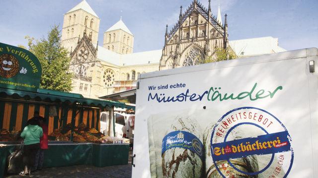 In der Bäckergasse im Schatten des Doms von Münster sind auch Georg (l.) und Kerstin Uekötter präsent. (Quelle: Heck)