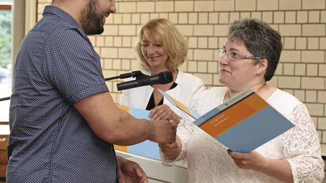 Obermeisterin Juliane Ockert (r.) überreichte jedem Absolventen den Gesellenbrief. (Quelle: SYSTEM)