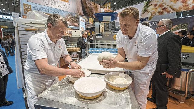 Brote nach dem Teigteiler händisch formen – für viele Bäcker ein Zeichen handwerklicher Qualität. (Quelle: Messe)