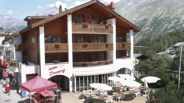 """Zwölf Zimmer hat das Hotel von Lukas Imseng (unten von links). Globi mit seinem gebackenem Partner und als """"Backberater"""" in gedruckter Form. (Quelle: privat)"""