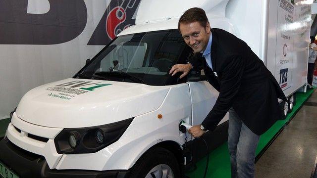 Roland Schüren mit dem Prototypen des E-Autos. (Quelle: Foto: Wolf)