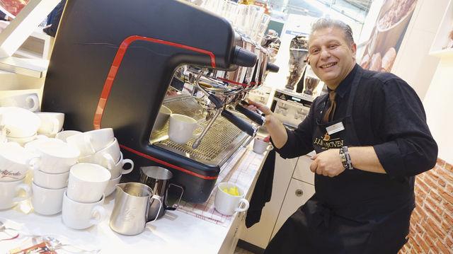 Dieter Johann (links) präsentiert Baguettes, hergestellt mit einer Malz-Cuvée für besonders aromatische Backwaren. Aber auch ausgefallene Snack-Kreationen und das Thema Kaffee wurden auf der Südback bedient. (Quelle: Kauffmann/Wolf)