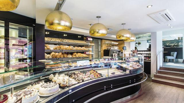 Der Laden von Michael Otto nach dem Umbau mit neuer Theke, neuer Beleuchtung und dem ebenfalls neu gestalteten Cafébereich. (Quelle: Unternehmen/SchrutkaPeukert)