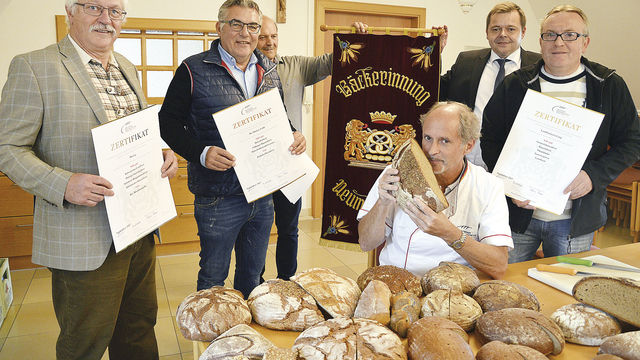 Machen gutes Brot: Franz Düring (v. l.), Wolfgang Feihl, Franz Härtl, Prüfer Manfred Stiefel, Sebastian Meckl, und Martin Lang. (Quelle: Stepper)