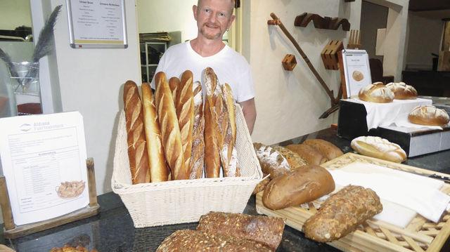 Es ist angerichtet: Jürgen Danner hinter dem Brotbuffet. (Quelle: Treiber (3), Fotolia)