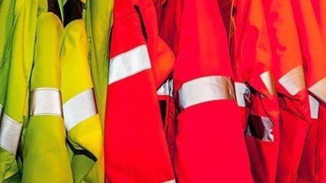 Vorsicht beim Arbeitsweg im Dunkeln: Es muss nicht gleich eine Warnschutzweste sein, aber helle oder teilweise reflektierende Kleidung erhöht die Sicherheit.  (Quelle: Jakob Ehrhardt  / pixelio.de)