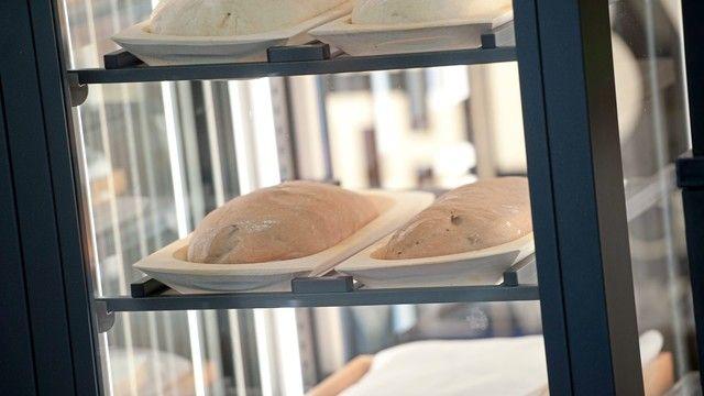 Im so genannten Teighumidor reifen die Brote in hölzernen Gärkörbchen vor den Augen der Kunden. (Quelle: Unternehmen/Merge)