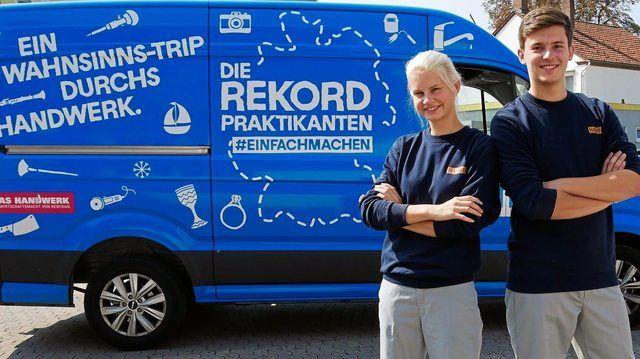 """Charlotte (20) und Marvin (19) sind als """"Rekordpraktikanten"""" auf ihrem Roadtrip durchs Handwerk in Deutschland unterwegs. (Quelle: Handwerkskammer /Wittenbrink)"""