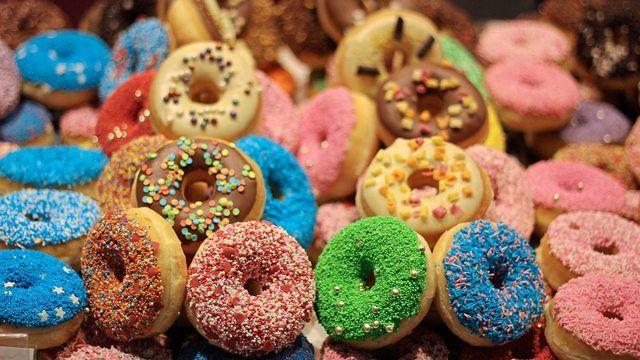 Ein Australier bringt die Donuts jetzt zum Leuchten. (Quelle: Pixabay.com/barcellosalice)