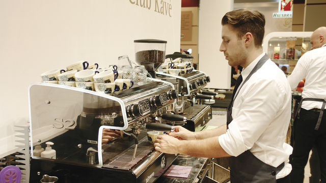 Kaffee schmeckt erst richtig gut, wenn die Maschine kompetent bedient wird. (Quelle: Archiv/Kauffmann)