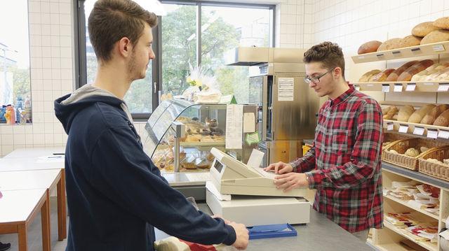 Im Übungsverkaufsraum der AKS in Pforzheim lernen Kevin Mellis (links) und Isuf Blakaj alle notwendigen Verkaufstechniken. (Quelle: Thumm)