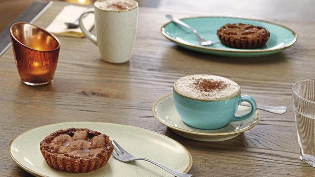 Das Auge isst mit: Teller und Tassen sollten zum Produkt passen, das auf ihnen serviert wird. Für den Bäcker spielen zudem Wertigkeit des Produkts und damit die Haltbarkeit eine wichtige Rolle bei der Anschaffung. (Quelle: Vega)