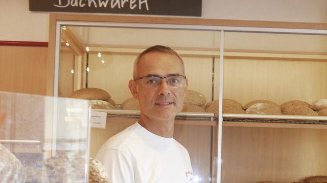 Hinter Glas: Harald Blank vor dem Schrank mit den glutenfreien Backwaren, für die Kunden weit fahren. (Quelle: Burger)