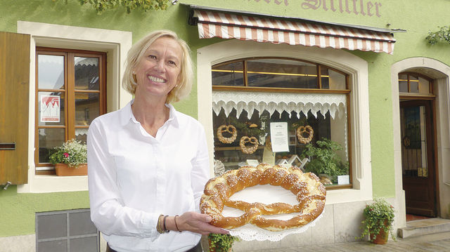 Aushängeschild: Jutta Striffler mit einer der Brezeln, wie sie auch im Schaufenster der Bäckerei hängen. (Quelle: Zoller)