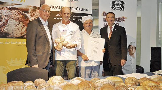 Über das Ergebnis freuen sich: Obermeister Dietmar Link (v. r.), Manfred Stiefel und Kurt Scherfer. (Quelle: privat)