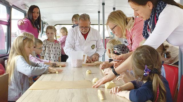 Immer schön ausrollen: Kinder im Bäckman-Bus. (Quelle: privat)