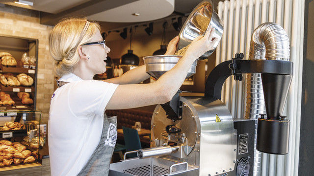 Bäckermeisterin Yvonne Scherer betreibt das Kaffeerösten im BrotCafé der Bäckerei Hirth mit Leidenschaft. (Quelle: Weber)