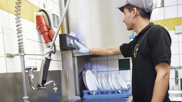 Ergonomisches Arbeiten ermöglicht diese Haubenspülmaschine mit einem Display auf Augenhöhe des Bedieners. (Quelle: Meiko)