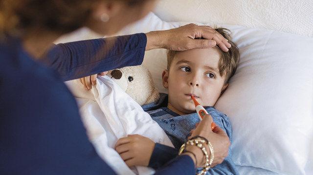 Wenn Mitarbeiter ihre kranken Kinder betreuen, fallen sie für die Betriebe aus. (Quelle: Fotolia)