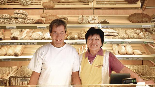 Zwei Generationen: Roland Streicher mit seiner Mutter Ingeborg Streicher im Laden der Bäckerei. (Quelle: Pröll)