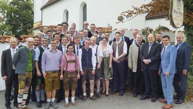 Die Absolventen des Lochhamer Kombikurses mit Offziellen. (Quelle: privat)