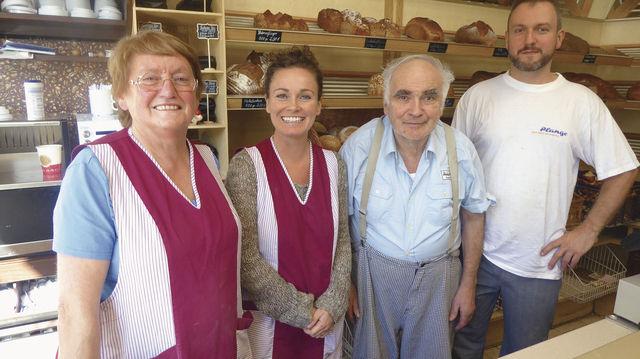Familiensache (v. l.): Berta, Annette, Alfons und Mathias Bannholzer. Kaffee soll künftig eine größere Rolle übernehmen (kl. Foto). (Quelle: Treiber)