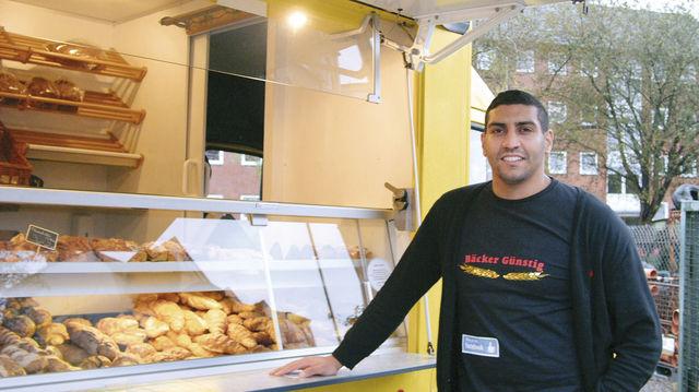 Enis Ayari stützt sich auf sein Geschäftskonzept - den Verkauf von Backwaren vom Vortag. (Quelle: Hoenig)