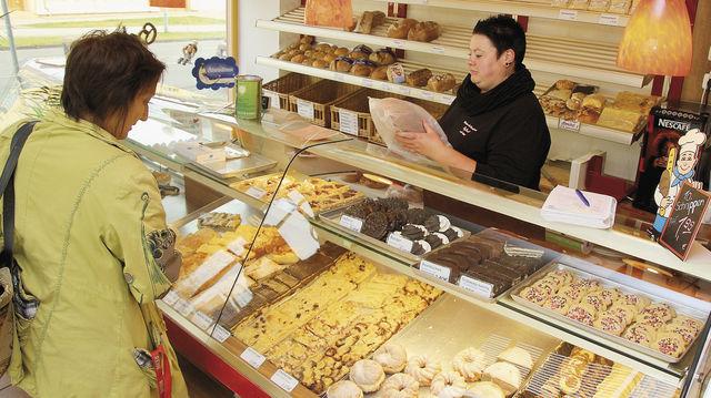 Bäckereifachverkäuferin Ricarda Keibel bedient eine Kundin. (Quelle: Schwittay)