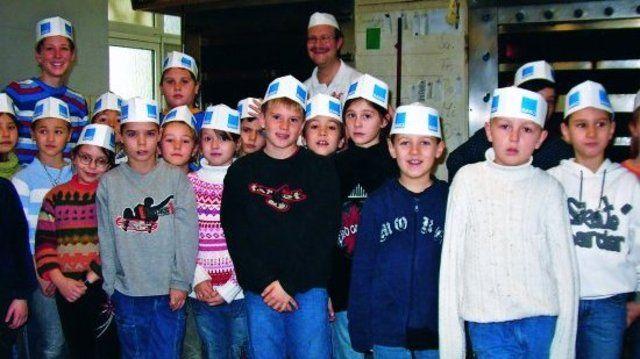Die Drittklässler waren begeistert von der handwerklichen Fertigung in der Bäckerei von Uwe Hilsenbeck (Mitte hinten).  (Quelle: Rösch)