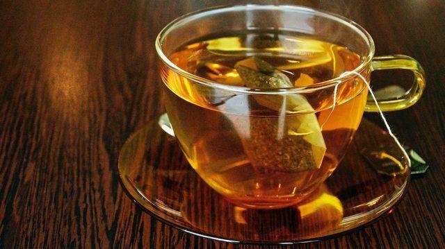 Das beliebte Aufgussgetränk Tee kann heiß und kalt getrunken werden. (Quelle: pixabay.com/ congerdesign)