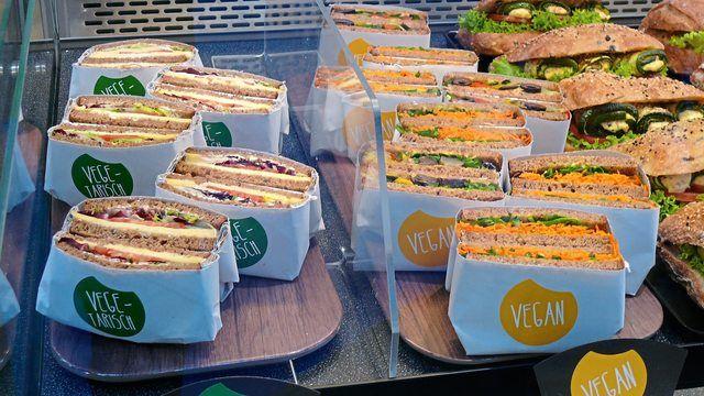 Vegetarische und vegane Snacks erweitern das reichhaltige Angebot in einer Bäckerei.  (Quelle: Archiv/ Kauffmann)