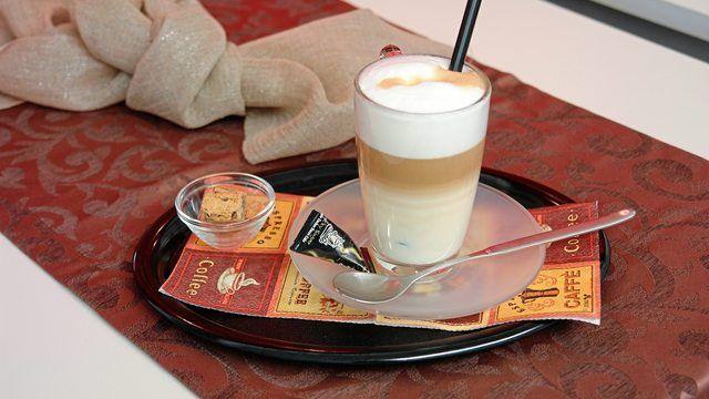 Außer Haus werden verstärkt Kaffeespezialitäten wie Latte Macchiato nachgefragt. (Quelle: Archiv/Kauffmann)