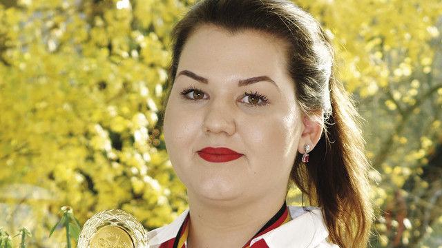 Katharina Gurtel, Deutsche Meisterin der Bäckereifachverkäuferinnen, mit Siegerpokal. (Quelle: Thumm)