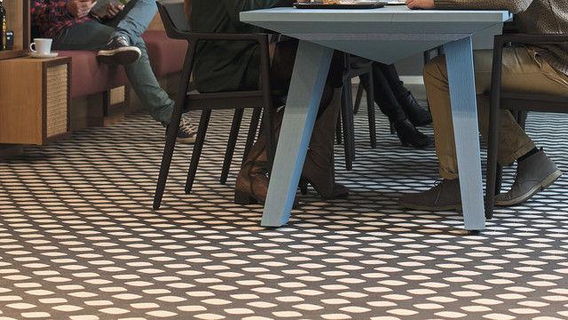 Gäste der Brotmanufaktur sitzen am Gemeinschaftstisch. (Quelle: SYSTEM)