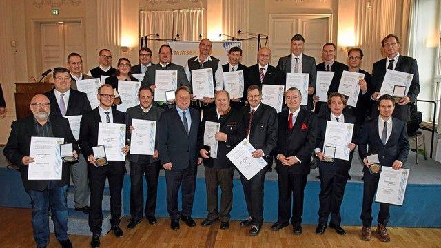 Die Preisträger mit Staatsminister Helmut Brunner (4. v. l.) und Karl-Heinz Hoffmann, Landesinnungsmeister des Bayerischen Bäckerhandwerks (3. v. r.). (Quelle: Baumgart/StMELF)