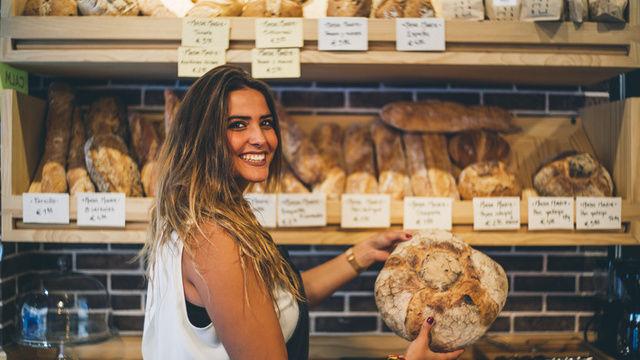 Das selbstverständliche Duzen zwischen Kunden und Verkäuferinnen kann auch zu verbalen Übergriffen führen, heißt es.   (Quelle: Fotolia/karras6079)