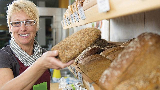 Wenn die Verkäuferin Brot mit der Hand anfasst, ist das hygienisch absolut unbedenklich. (Quelle: Fotolia)